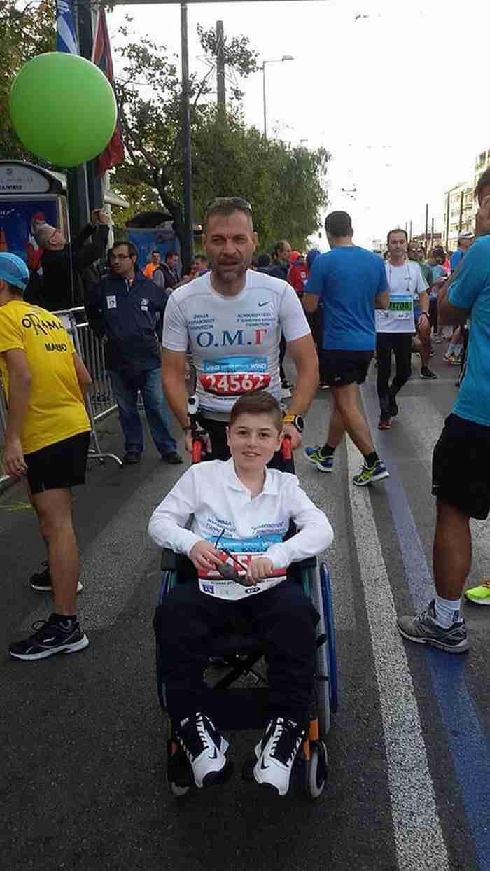 Ο δάσκαλος από τα Γιαννιτσά που έτρεξε στον Μαραθώνιο μαζί με μαθητή του καθηλωμένο σε αναπηρικό αμαξίδιο