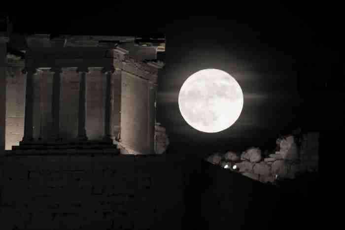 Η μεγαλύτερη Πανσέληνος των τελευταίων 70 ετών. Εντυπωσιακές φωτογραφίες από την Αθήνα και τον κόσμο