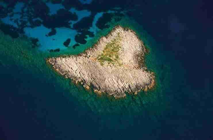Tο Ελληνικό νησί που έχει σχήμα καρδιάς. Αρκετά από τα δένδρα του ξεπερνούν τα 12 μέτρα!