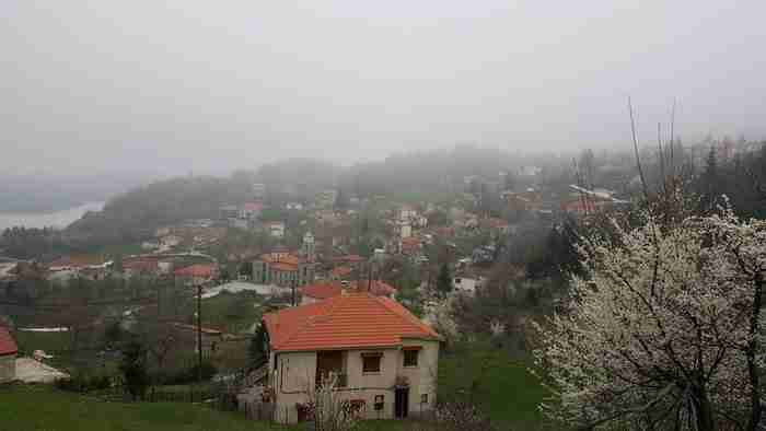 Το χωριό με τα μικρά ποτάμια, τα πελώρια έλατα και τη θέα στην ωραιότερη λίμνη της Ελλάδας!