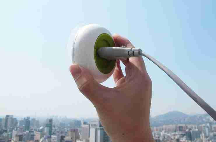 Η πρώτη πρίζα παραθύρου που λειτουργεί με ηλιακή ενέργεια!