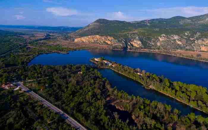 Η πανέμορφη λίμνη της χώρας μας που τη χωρίζει από τη θάλασσα μια στενή λωρίδα γης