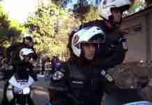 Χριστουγεννιάτικο Mannequin Challenge από την ελληνική αστυνομία: «Παγωμένοι» αστυνομικοί κάνουν ελέγχους και στολίζονται με λαμπάκια