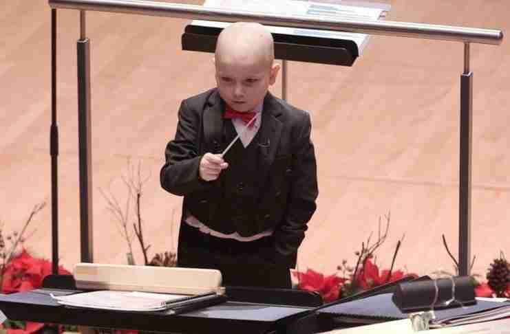 Ένα αγοράκι 7 ετών που πάσχει από λευχαιμία έκανε το όνειρό του πραγματικότητα να διευθύνει μια ορχήστρα