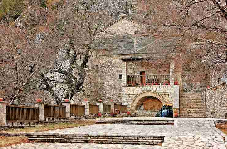 Το μοναστήρι που βρίσκεται ανάμεσα σε γη και ουρανό. Ένα πανέμορφο μεταβυζαντινό μνημείο.