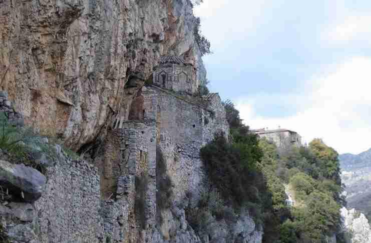 """Το """"Κρυφό σχολειό"""" της Τουρκοκρατίας: Το θαυμαστό μοναστήρι που """"κρέμεται"""" από χαράδρα 200 μέτρων!"""
