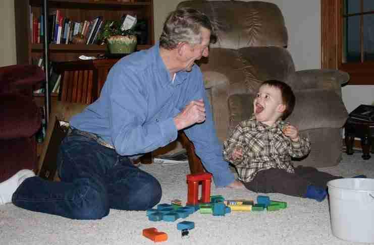 Το εγγόνια είναι φως και χαρά για τον παππού και τη γιαγιά