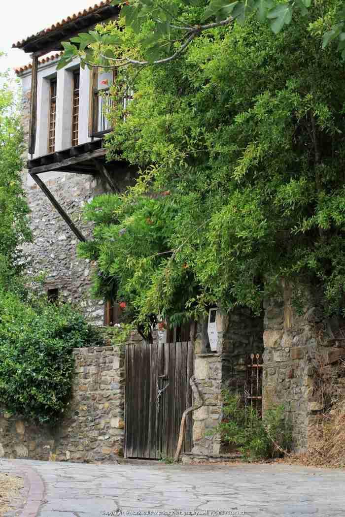 Το ωραιότερο χωριό της Χαλκιδικής με το απίστευτο όνομα. Ένα στολίδι με θέα το πέλαγο που κόβει την ανάσα