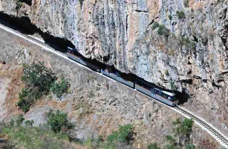Το υπέροχο Ελληνικό φαράγγι που διασχίζει η θεαματικότερη σιδηροδρομική γραμμή των Βαλκανίων!