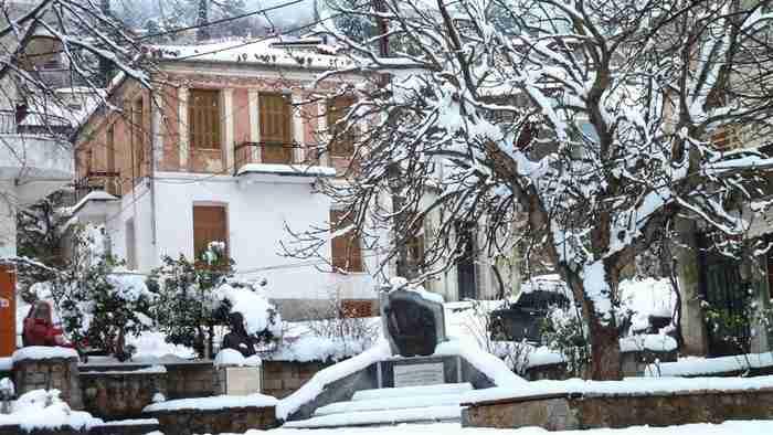Το… αντίπαλο δέος της Αράχωβας: Ένα μαγικό χωριουδάκι 2,5 ώρες από την Αθήνα!
