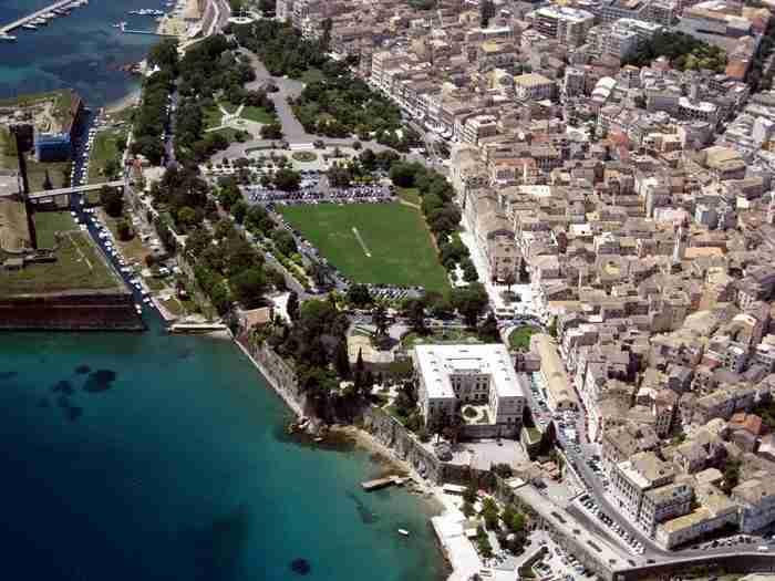 Η μεγαλύτερη πλατεία των Βαλκανίων αλλά και η 27η παγκοσμίως βρίσκεται σε ένα Ελληνικό νησί!