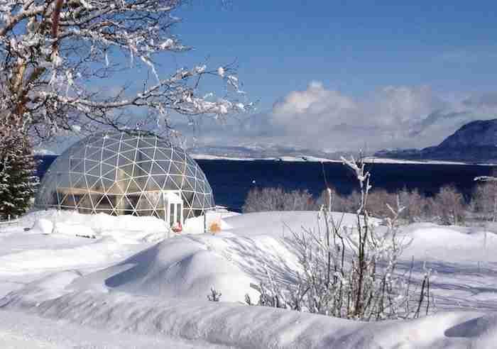 Μια οικογένεια έχτισε το σπίτι της στον Αρκτικό Κύκλο και είναι πιο εντυπωσιακό από το Βόρειο Σέλας!