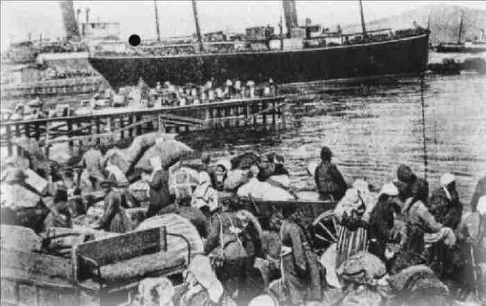 """""""Στην προκυμαία της Σμύρνης"""": Η Μικρασιατική Καταστροφή όπως την έζησε και την κατέγραψε ο Έρνεστ Χέμινγουει"""