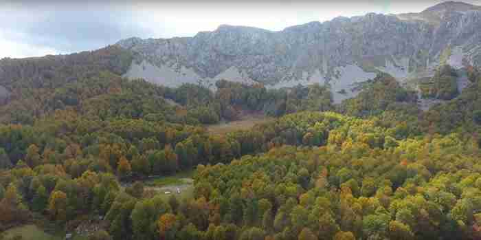 Δυο υπέροχες αλπικές λίμνες καλά κρυμμένες σε ένα πυκνό δάσος οξιάς. Εικόνες που δεν θα δεις πουθενά αλλού στην Ελλάδα!