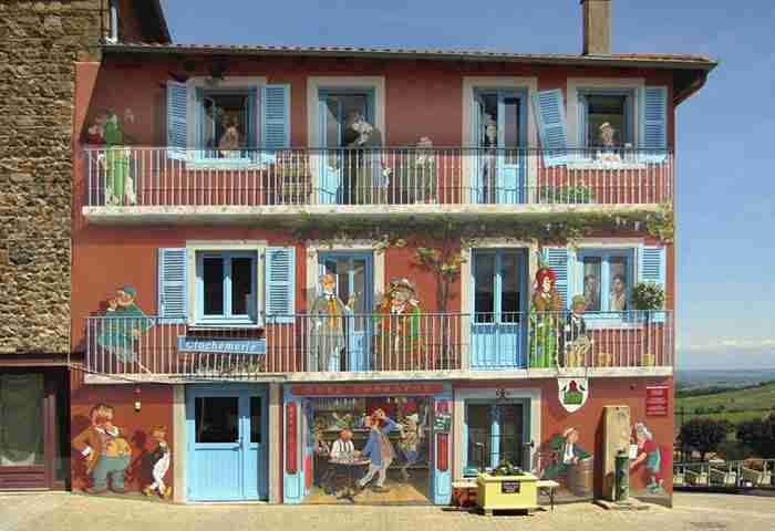 Γάλλος καλλιτέχνης φτιάχνει παραμυθένιες γειτονιές στους άχαρους τοίχους της πόλης του