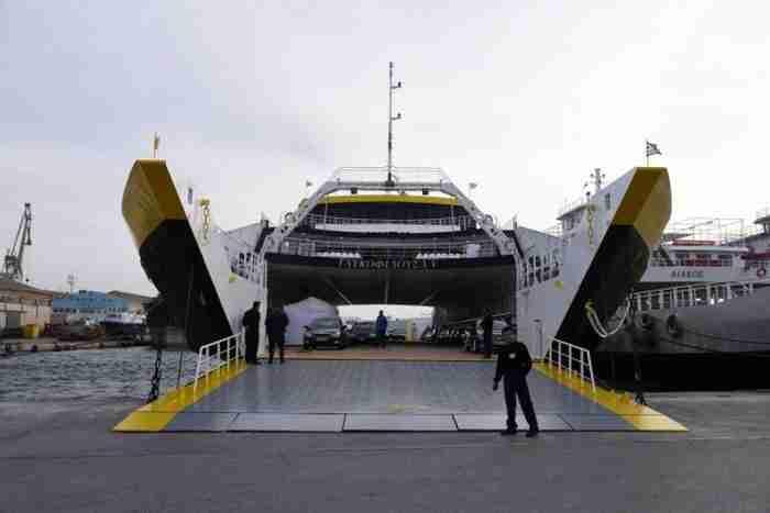 Δείτε ένα οχηματαγωγό που φτιάχτηκε από Ελληνικό ναυπηγείο στη Σαλαμίνα