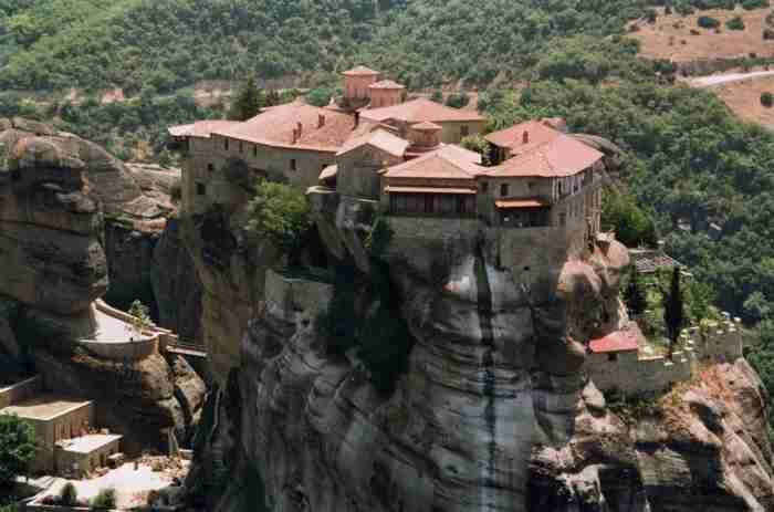 Το μοναστήρι που βρίσκεται σε ύψος 373 μέτρων σε ένα από τα πιο επιβλητικά και σπάνιας ομορφιάς μέρη της Ελλάδας