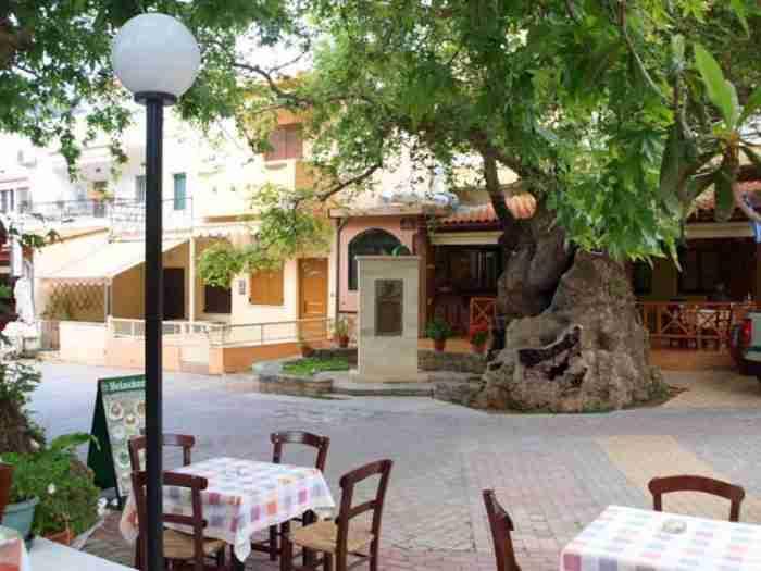 Το παραμυθένιο χωριό της Ελλάδας όπου γεννήθηκε ο Έλ Γκρέκο. Όαση πρασίνου, λουλουδιών, χρωμάτων, αρωμάτων και νερών!