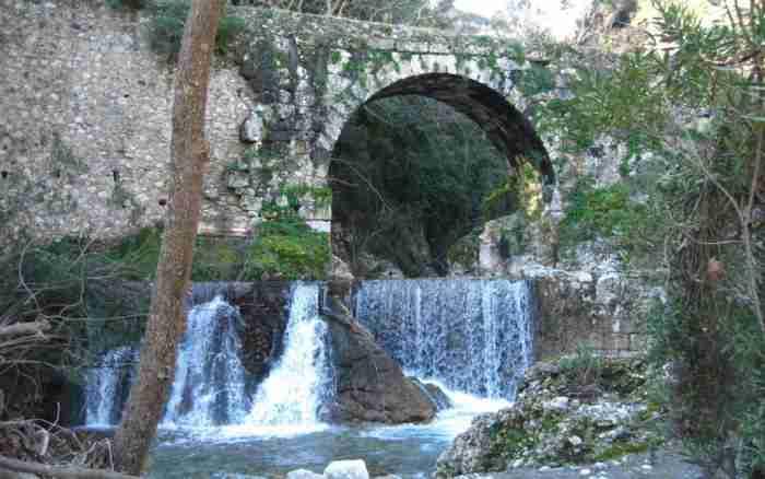 Το αρχαιότερο γεφύρι της Ευρώπης βρίσκεται στην Ελλάδα. Χτίστηκε πριν από 2.000 χρόνια και χρησιμοποιείται κανονικότατα ως σήμερα