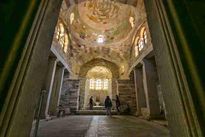 Παναγία Εκατονταπυλιανή: Ο ιστορικός ναός της Πάρου με τις 99 φανερές πόρτες και τη μία κρυφή