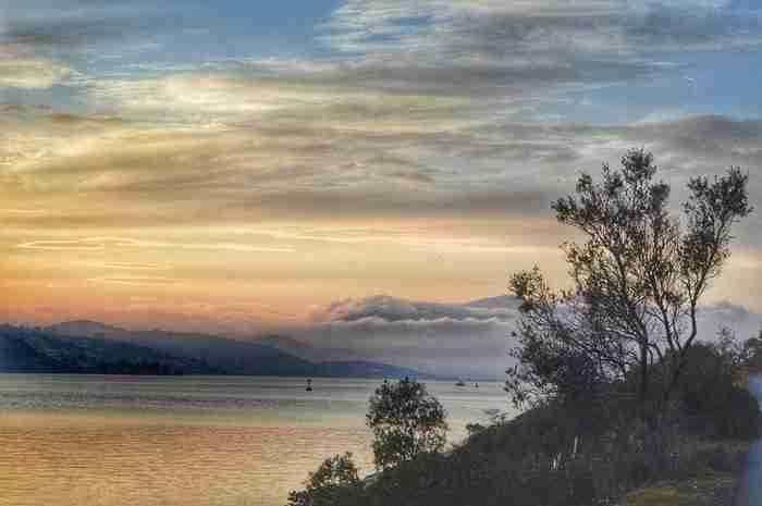 Το νησί όπου βρίσκεται το σπίτι του Άγγελου Σικελιανού. Βρίσκεται σε απόσταση αναπνοής από τον Πειραιά και κρύβει απρόσμενες ομορφιές