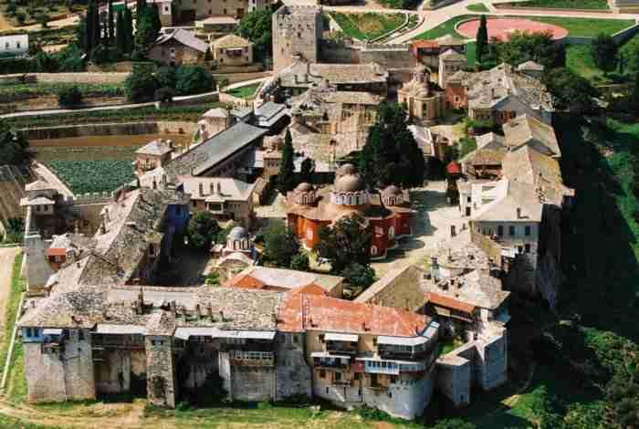 Το ιστορικό μοναστήρι που θυμίζει μεσαιωνική πολιτεία. Βρίσκεται σε σε υψόμετρο 160 μ. και περιβάλλεται από τείχος με 15 πύργους