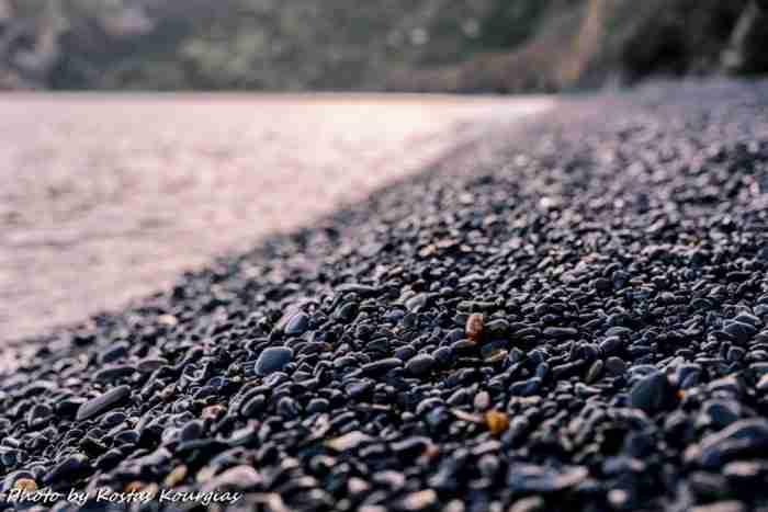 """Η """"μαύρη"""" παραλία της Ελλάδας που όμοια της δεν υπάρχει πουθενά αλλού στον κόσμο"""