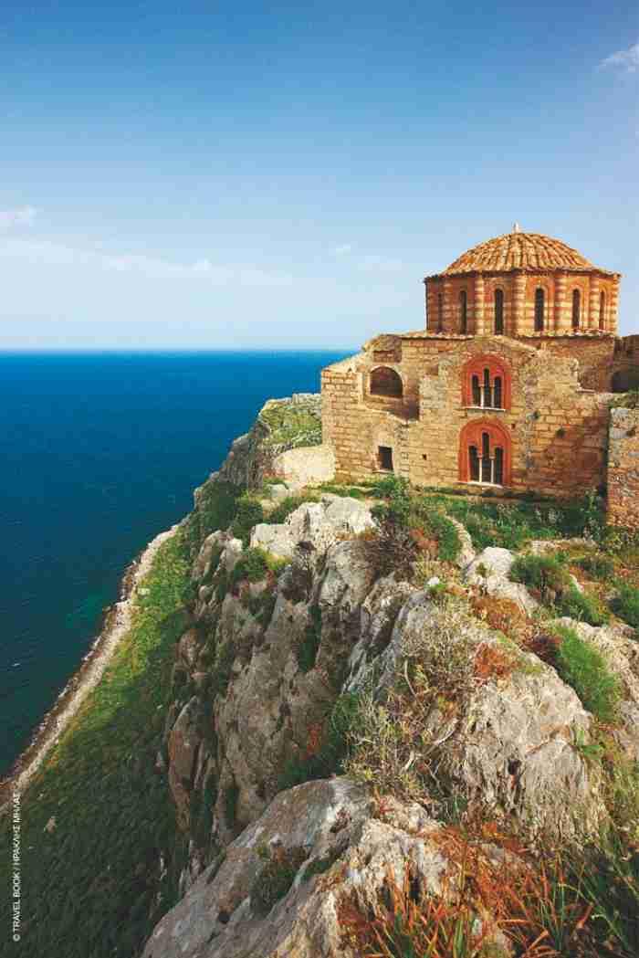 Η Αγία Σοφία της Μονεμβασιάς: Η εντυπωσιακή εκκλησία που χτίστηκε στο χείλος του γκρεμού και μοιάζει με την Αγία Σοφία της Κωνσταντινούπολης