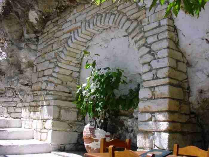 "Tο ""παράξενο χωριουδάκι"" της Ελλάδας: Παντού μάρμαρο και οι κάτοικοι του μιλούν Κρητικά.. Αλλά δεν βρίσκεται στην Κρήτη!"