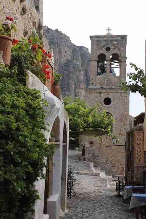 """Το Γιβραλτάρ της Ανατολής: Στα σοκάκια της παραμυθένιας Ελληνικής πόλης που σε """"ταξιδεύει"""" στον Μεσαίωνα"""