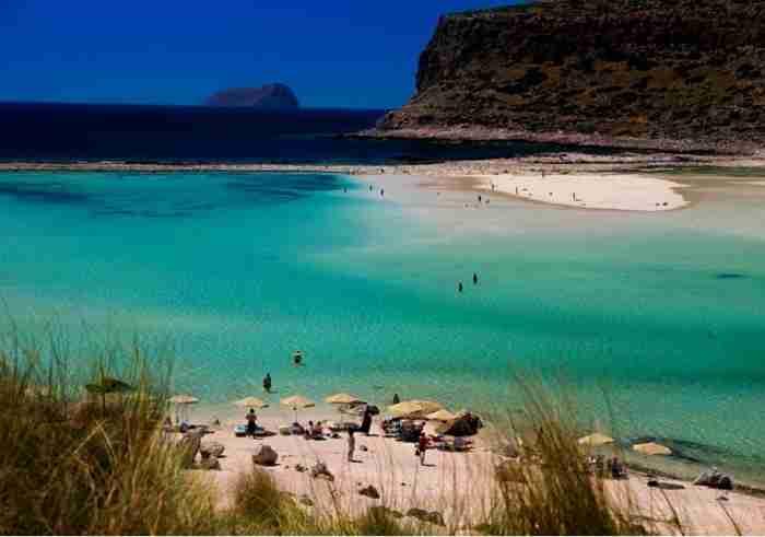 Κάπως έτσι μοιάζει ο Παράδεισος.. Η παραλία της Ελλάδας με τη ροζ άμμο, τα αμέτρητα κοχύλια και την εξωπραγματική ομορφιά