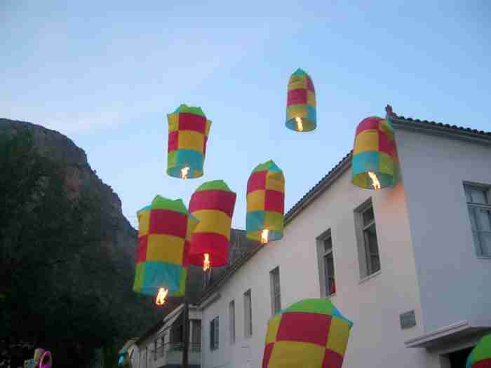 Τα πολύχρωμα αερόστατα στο Λεωνίδιο: Η ιστορία ενός εκ των ωραιότερων πασχαλινών εθίμων