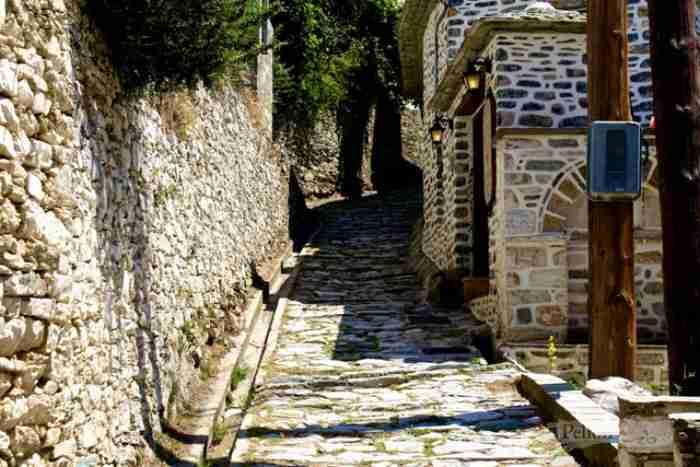 Το μπαλκόνι του Πηλίου: Το χωριουδάκι με την ωραιότερη πλατεία της ορεινής Ελλάδας όπου γυρίστηκε η «Η δασκάλα με τα ξανθά μαλλιά»