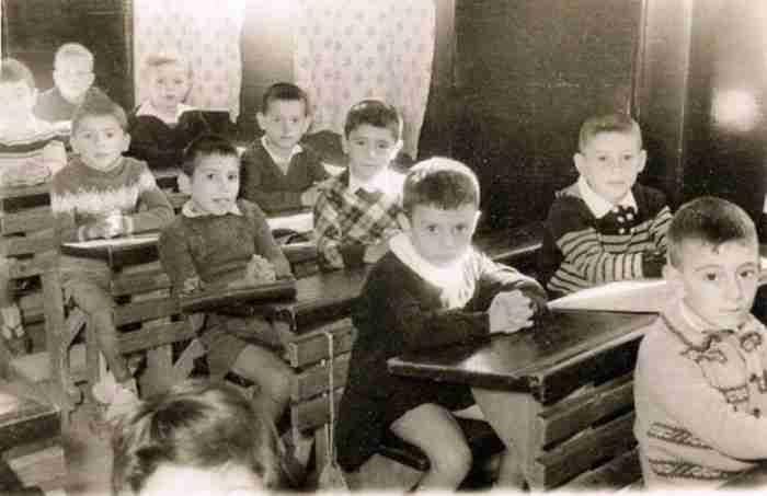 Διδασκαλία με χάρτες, ήρωες του ΄21 και ξύλινα θρανία. Τα σχολεία της νοσταλγίας και της γνώσης απέναντι στα φροντιστήρια και τη βαρεμάρα
