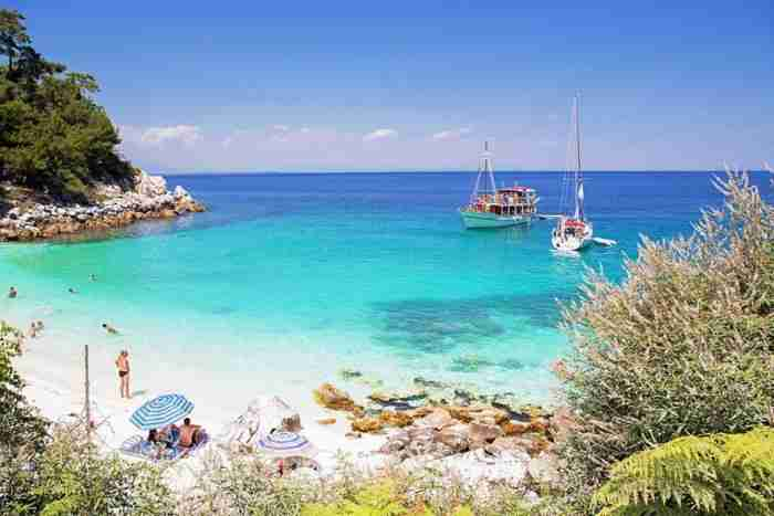 Ποια Καραϊβική.. Αυτή η εξωτική παραλία με την ολόλευκη άμμο και τα μαργαριταρένια βότσαλα βρίσκεται στην Ελλάδα!