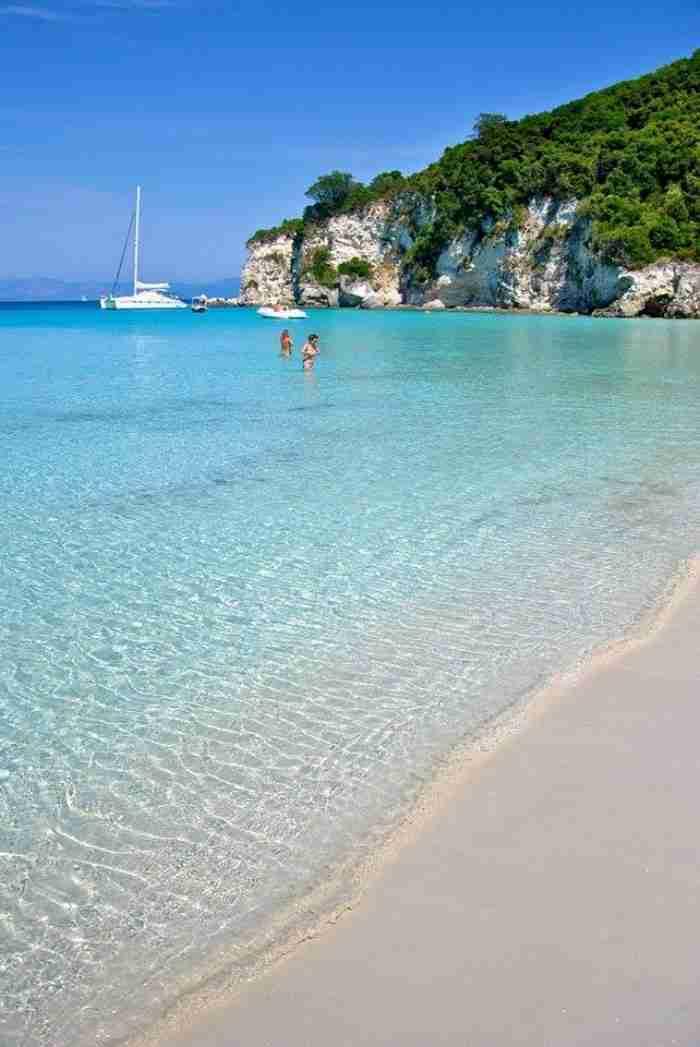 Αν υπάρχει παράδεισος, είναι κάπως έτσι.. Η παραλία με τα λουλακί νερά που θεωρείται μια από τις ωραιότερες «κρυμμένες» παραλίες της Ευρώπης