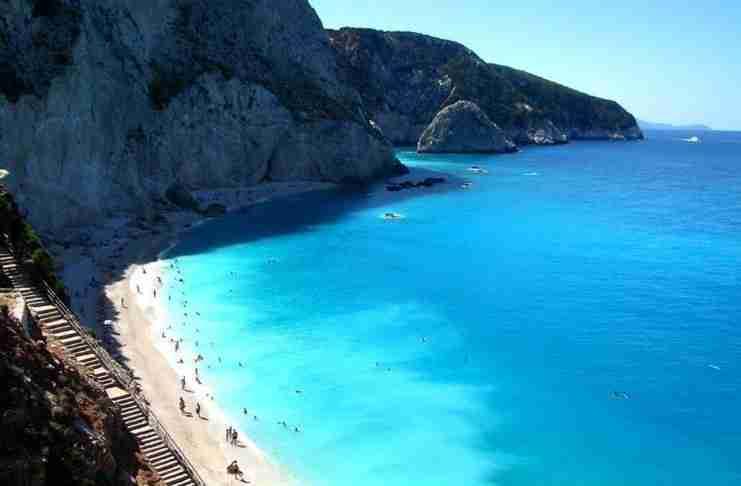 Που βρίσκεται η μαγική παραλία της χώρας που για να φτάσεις πρέπει να κατέβεις 100 σκαλοπάτια; Αξίζει όμως η κούραση και με το παραπάνω!