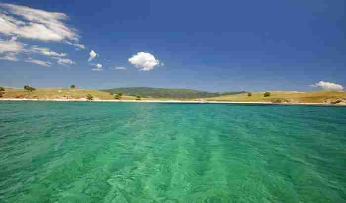 Ένα νησάκι στον κόλπο του Αγίου Όρους, απέναντι από την Τρυπητή, καταπράσινο, γραφικό, γεμάτο μοναδικές παραλίες, από τις ομορφότερες της χώρας μας!