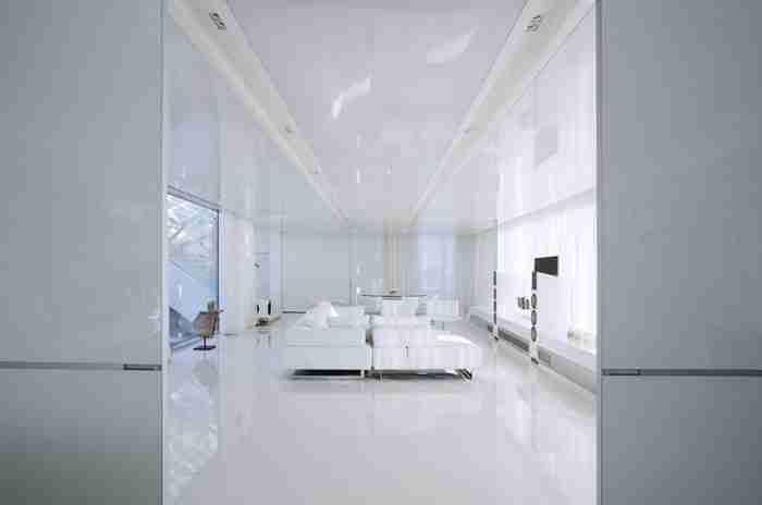 """Το """"εξωγήινο"""" σπίτι στην Αθήνα που μοιάζει σαν να αιωρείται πάνω από 6 τεχνητές λίμνες"""