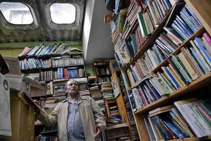 Σκουπιδιάρης μάζεψε 25.000 βιβλία από τα σκουπίδια και με αυτά έφτιαξε βιβλιοθήκη για τα φτωχά παιδιά. Οι φωτογραφίες είναι εκπληκτικές.
