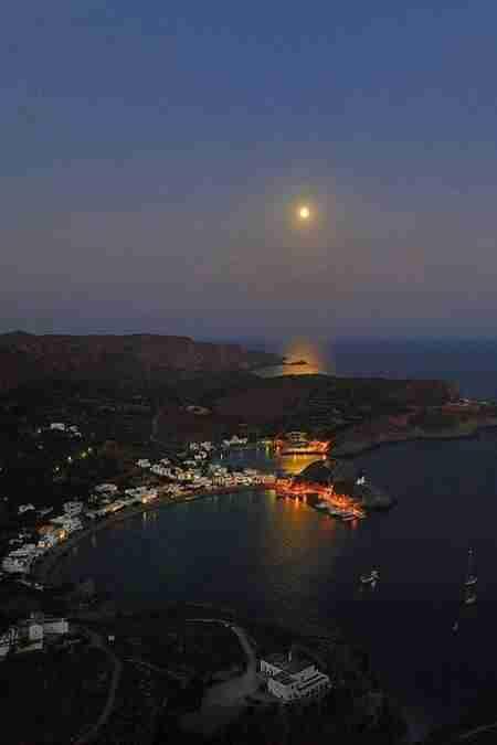 Το κουκλίστικο νησί του μυστηρίου και του έρωτα. Εκεί γεννήθηκε η θεά Αφροδίτη και σε αυτό βρήκαν καταφύγιο ο Πάρις και η Ελένη