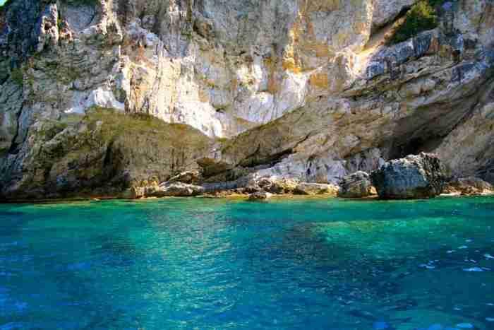 Βουτιά από το πράσινο στο γαλάζιο.. Η περιοχή της Ελλάδας που θυμίζει τροπικό Παράδεισο!