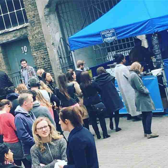 """Το """"Souvlaki Street"""" της Χανιώτισσας που προκαλεί ουρές αναμονής στο Λονδίνο!"""