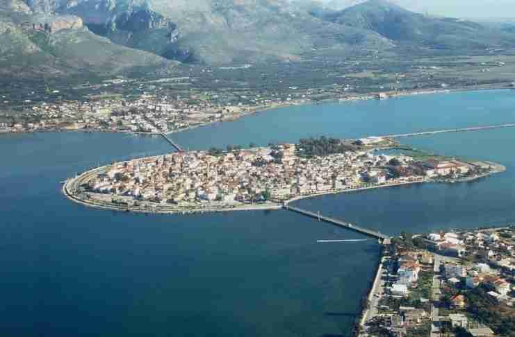 Η Βενετία της Ελλάδας από ψηλά: Λουσμένη από τα ρηχά, καταγάλανα νερά μια μικρή νησίδα γης, χτισμένη με μέτωπο τον νότο