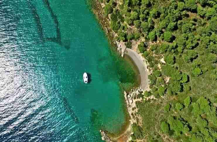 Μόλις μια ώρα από την Αθήνα βρίσκεται ένα μαγευτικό νησάκι με μαγευτικές παραλίες και σκοτεινή ιστορία