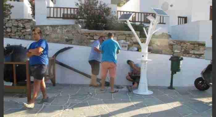 Στη Σίφνο φορτίζουν κινητά και τάμπλετ από ηλιακό δέντρο στο λιμάνι!