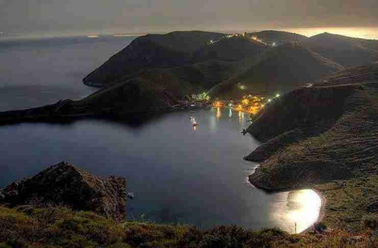 """Το """"λιμάνι των ορτυκιών"""": Το «μαγικό» παραθαλάσσιο χωριό με το πιο γραφικό λιμάνι της Ελλάδας"""
