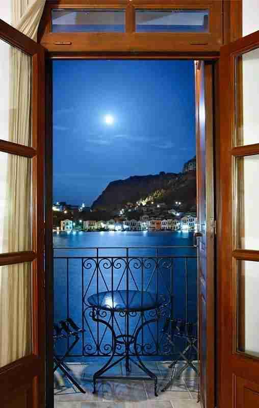 Το ελληνικό νησί με την απερίγραπτη ομορφιά που δεν έχει ούτε.. παραλίες αλλά ούτε και αυτοκίνητα!