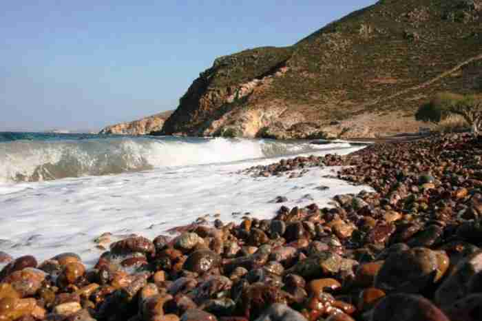 Σε ποια περιοχή της Ελλάδας βρίσκεται η παραλία με τα σπάνια πολύχρωμα βότσαλα;