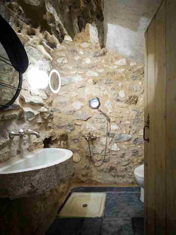 Πως ένας ερειπωμένος πύργος του 19ου αιώνα στη Μάνη μεταμορφώθηκε σε έναν από τους καλύτερους ξενώνες της χώρας